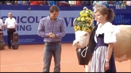 费德勒在瑞士Gstaad赛2013获赠奶牛Désirée