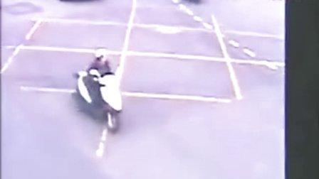 台湾女警花飞车抓劫匪视频走红网络