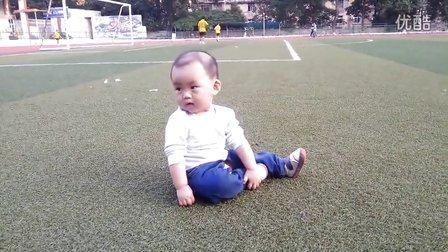 琦琦在足球场欢乐爬行
