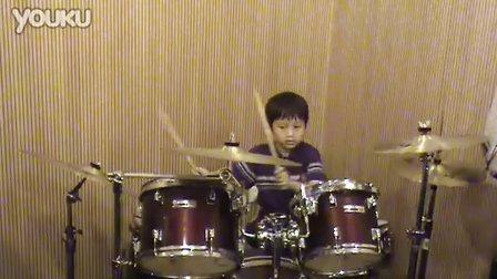 """五岁小鼓手""""翘翘""""的打鼓表演"""