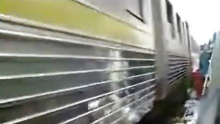 印度的集市里在开火车