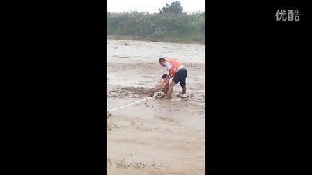 2013年9月22日咸阳渭河泥潭救助遇难群众直拍,