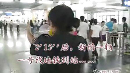 [拍客]精彩视频:美丽的地铁换乘疏导员