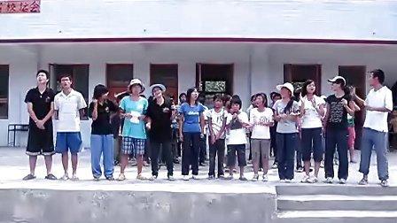 向日葵天使支教志愿者与鸣放小学学生歌唱《朋友》