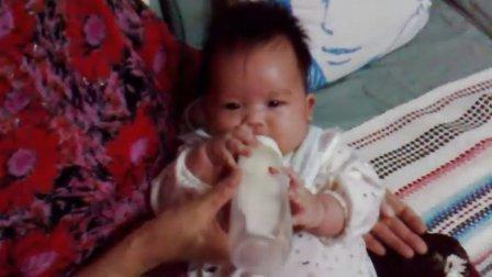85天就要自己抱奶瓶吃奶的小美女