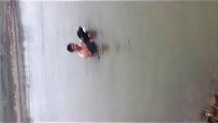 新手教罗威纳游泳