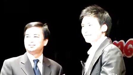 090729 泰国总理阿披实亲自为Bie颁奖