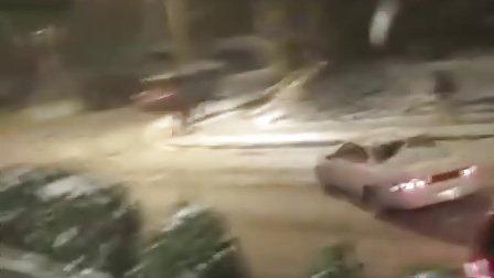 西雅图下雪的夜  汽车都开始漂移了