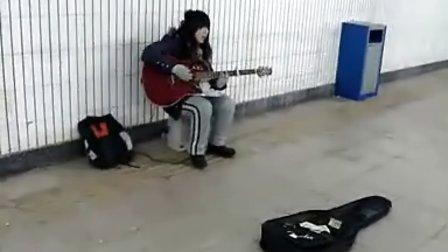 西单地下通道女孩翻唱《天使的翅膀》