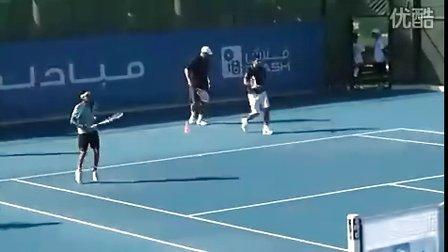 费德勒开始2011赛季 在阿布扎比精英赛前为当地小球员做网球指导