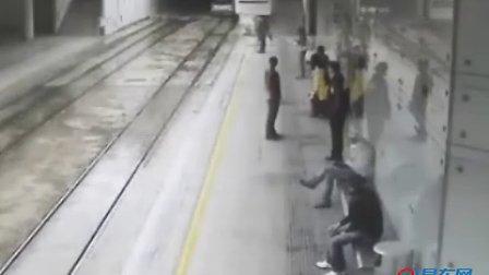 最胆大的司机 在地铁里开车狂飙