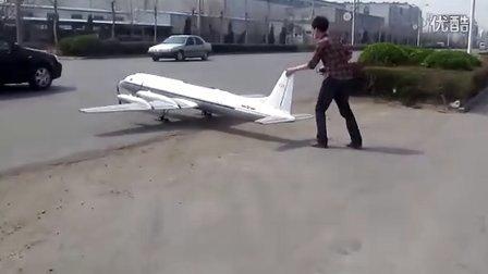 牛人开飞机过马路