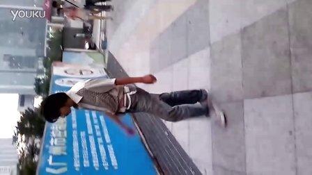 6月28日傍晚广州天河城、正佳广场附近出现精神病人,拳打脚踢路人,不时拿石头砸人、砸车