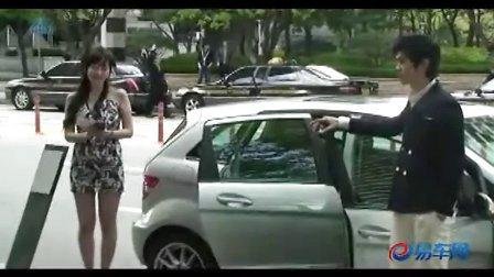 漂亮韩国MM街头销售奔驰车