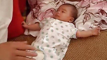 【一个多月大】7-7外公陪宝宝玩