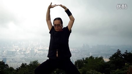 香港武当山道家气功学会会长黄玄来 於 香港飞鹅山山顶采气!