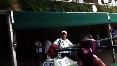 2011温网费德勒R4比赛前为粉丝签名[2011-06-27]