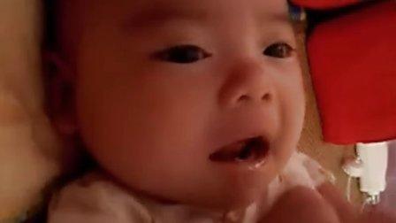 【两个月大】哈哈吃手呢,觉得没有吃奶开心
