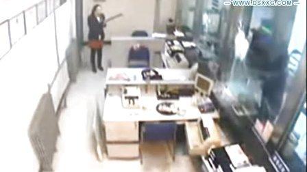银行监控:实拍笨贼抡斧抢银行 挥锤两百下