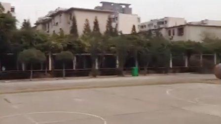 一脚踢进篮筐