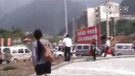【拍客】512三周年:北川10万人回旧城祭奠 交警中午吃泡面维持交通