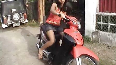 美女发动摩托