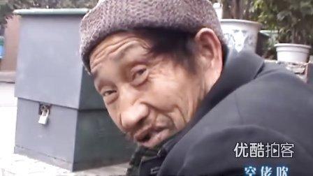 【拍客】四川大学中文系79岁大学生拾荒十余年 吃包子稀饭维持生命