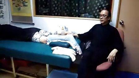 香港武当山道家气功学会, 黄玄来会长为另一位患脚踝部位曾扭伤引至痛症, 用武当山古方火疗法.