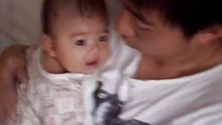 【一个多月大】7-16爸爸抱着宝宝玩