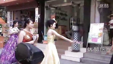 """【拍客】最养眼的""""新娘""""传单妹,换多套婚纱发广告"""