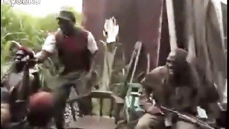 玩大了!人把AK47步枪给猩猩玩..后遭到狂射