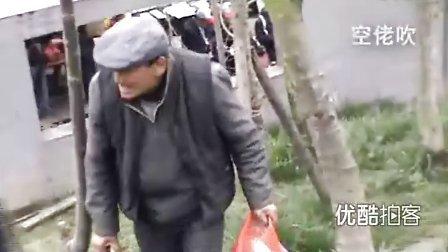 【拍客】汶川地震三周年:不可遗忘的身影——76岁老翁墓地默默拾捡垃圾
