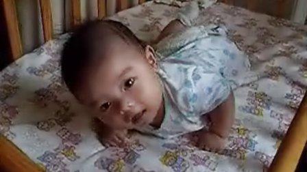 【两个月大】8-2在床上抬头练习