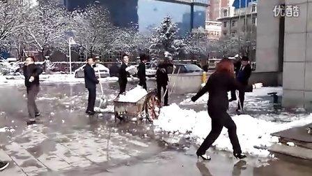阳煤大厦扫雪