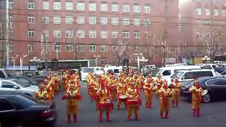 农历腊月二十三变电村威风锣鼓队为振安区春晚助威