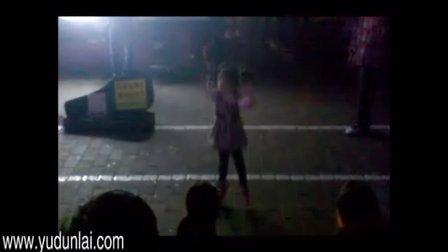 一个小女孩在街上跳舞   街头献艺