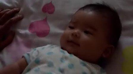 【两个月大】8-11宝宝做腿部运动