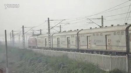 和谐HXD1D(160)牵引X103行邮通过马庄工地