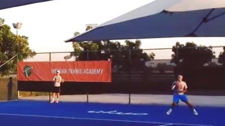 费德勒昨天2013-12-08在迪拜训练的视频(很短)