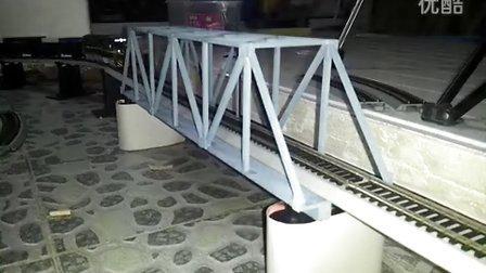 ND5-2牵引混编货列通过桁架式铁路桥