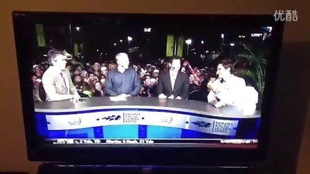 """2012费德勒在辛西那提8强赛后访问耍宝玩笑答""""接吻镜头""""问题"""