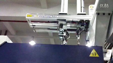 当前注塑界热门产品(手机护套)的自动化生产过程. 雄创机械手