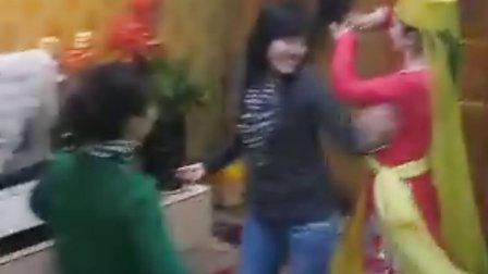 和塔吉克族美女跳舞