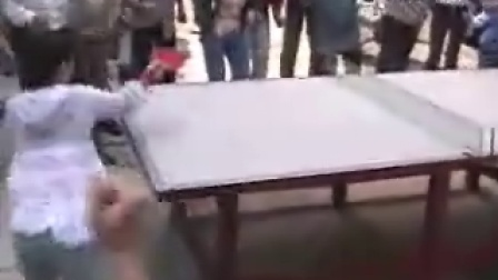 福原爱在社区打乒乓球