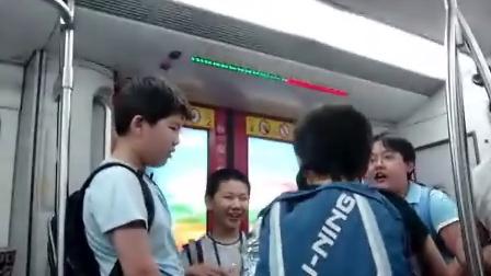恶童大闹天津地铁