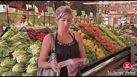 老人用超市塑料袋恶搞顾客
