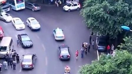 出轨女子被堵车内砸车