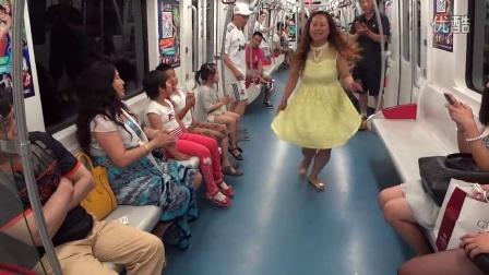 实拍:沈阳地铁球迷大叔完爆大妈广场舞