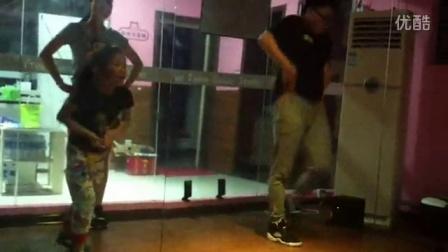 小宇在舞房练习