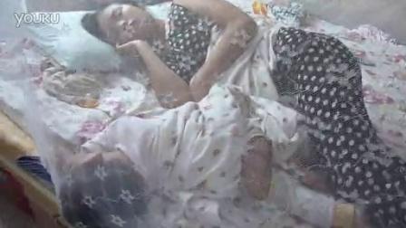 跟妈妈睡着了